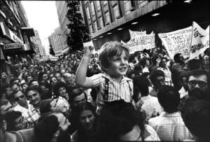 la-fotografia-corresponde-a-una-manifestacic3b3n-del-celebrada-en-la-calle-preciados-de-madrid-en-junio-de-1976-y-es-de-cc3a9sar-lucas-aparecic3b3-en-el-pac3ads-el-23-6-1976